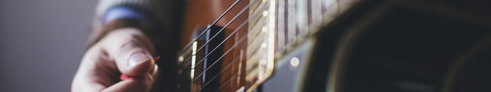 Leer gitaar en bas spelen